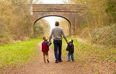 Crianças andando com seu pai — Fotografia Stock
