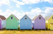 Capanne tradizionali britannici spiaggia su una luminosa giornata di sole — Foto Stock