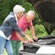 Senior couple at broken car — Stock Photo