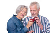Senior couple with apple — ストック写真