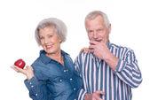 Senior couple with apple — Stock Photo