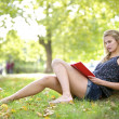 Girl reading in the nature - Foto Stock