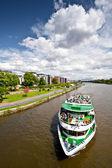 Ile cityscape cruise gemisi bir nehir yelken — Stok fotoğraf