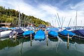 Yachts and boats at pier at the mountain lake — Stock Photo