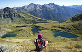 Dağ gölleri hayran kız — Stok fotoğraf