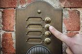 δάχτυλο που χτυπά ένα κουδούνι της πόρτα — Φωτογραφία Αρχείου