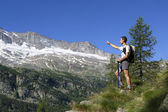Backpacker pointing towards — Stock Photo