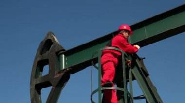 Worker in Action at Pump Jack Oil Well — Stock Video