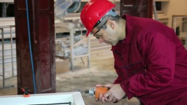 Worker Using Power Tool in Workshop — Vídeo de stock