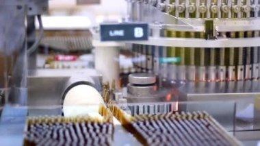Füllmaschine - ampulle — Stockvideo