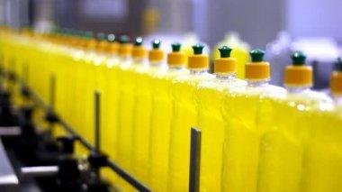 传送带上的液体洗涤剂瓶 — 图库视频影像