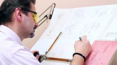Oficinista graves - ingeniero — Vídeo de stock