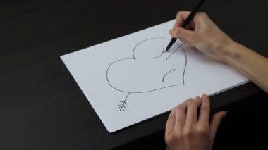 女手绘图的心 — 图库视频影像