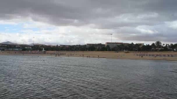 Plage de fuerteventura, îles canaries, espagne sur une journée nuageuse — Vidéo