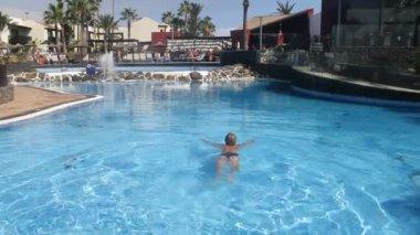 Man bada i en pool på semester — Stockvideo