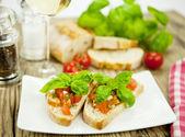 Taze lezzetli i̇talyan bruschetta tablo üzerinde domates ile — Stok fotoğraf