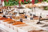 Variación de nueces en mercado al aire libre en verano — Foto de Stock