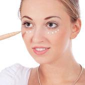 Aplicando make up no rosto de mulher bonita — Foto Stock