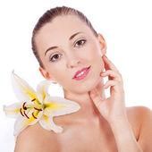 Mladá krásná žena portrét s bílým květem — Stock fotografie