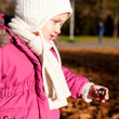Cute littloe girl playing outdoor in autumn — Foto de Stock