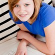 Young teenager girl with laptop smilig — Stock fotografie