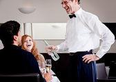 Homem e mulher para jantar no restaurante — Fotografia Stock