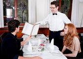 Homme et femme au restaurant pour le dîner — Photo