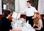 男人和女人在饭馆吃饭 — 图库照片