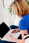 Jonge tiener meisje met laptop smilig — Stockfoto