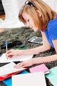 Ragazza adolescente felice facendo i compiti — Foto Stock