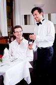 Coppia, bere vino rosso in ristorante — Foto Stock