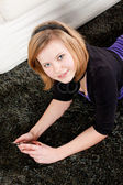 Glücklich Teenager-Mädchen, die Musik hören — Stockfoto