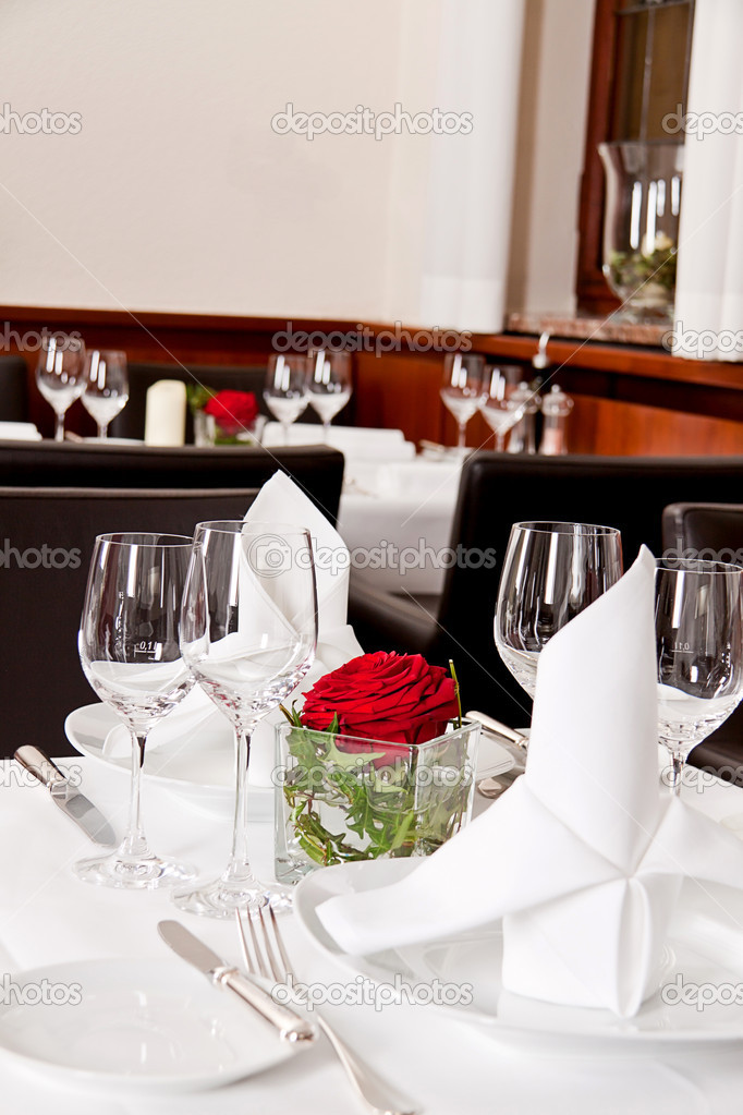 Tabelas no restaurante decora o utens lios de mesa vazia for Utensilios de restaurante