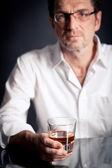 Hombre adulto con una bebida alcohólica — Foto de Stock