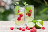 Bebida fría fresca agua de hielo cubos menta cal frambuesa — Foto de Stock