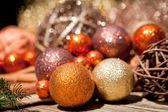 Glitzernder weihnachtsschmuck in orange und braun naturholz — Stockfoto