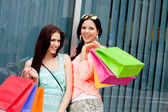 Two attractive young girls women on shopping tour — Foto Stock