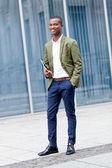 Sonriendo exitoso hombre de negocios con tablet pc al aire libre — Foto de Stock