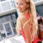attraktiva unga blonda kvinnan city livsstil utomhus — Stockfoto #31662065