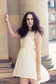Mooie vrouw in sexy jurk buiten in de zomer — Stockfoto