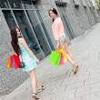 Attractive young girls women on shopping tour — Stock Photo