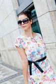 Attractive woman with sunglasses in the city summertime — Stock Photo