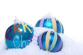Bagattelle di natale decorazione in blu e turchese isolato — Foto Stock