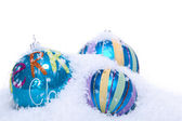 Boże narodzenie bombki ozdoba w kolorze niebieskim i turkusowym na białym tle — Zdjęcie stockowe