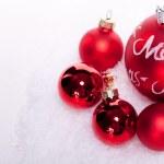 Noel dekorasyon izole kar'deki Festival kırmızı biblo — Stok fotoğraf