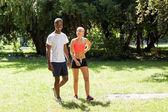 Corredor corredor joven pareja en verano al aire libre del parque — Foto de Stock