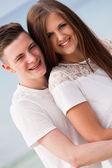 Attraente giovane coppia in amore divertendosi nelle vacanze estive — Foto Stock