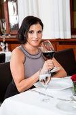 Pár pití červeného vína v restauraci — Stock fotografie