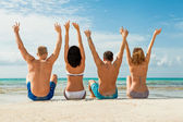 Divertido tener jóvenes amigos felices en la playa — Foto de Stock