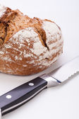 Fresh baked grain bead and knife isolated — Stok fotoğraf